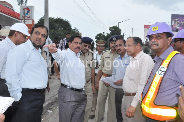 MD, HMR Mr.NVS Reddy inspecting progress of Metro works in Malakpet on 02.09.2015