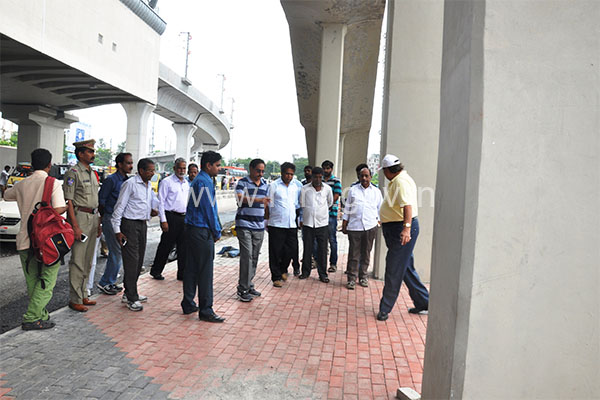 MD, HMR inspecting road level works at Uppal & Nagole Metro stations on 21.06.2015