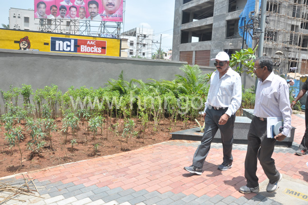 MD, HMR Mr.NVS Reddy inspecting progress of Metro works in Secunderabad